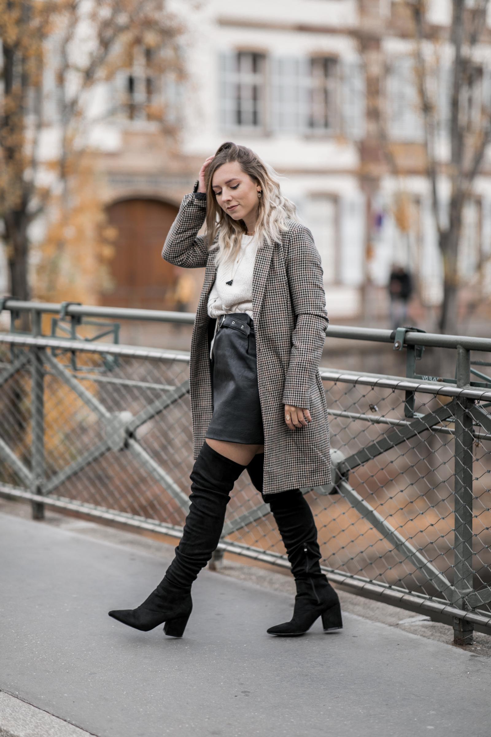 Manteau à petits carreaux et cuissardes